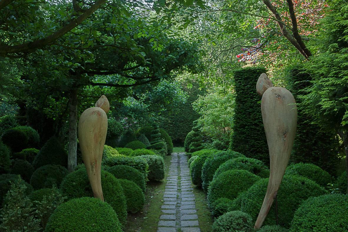 L'homme et la femme veillent le jardin de topiaires de Sericourt